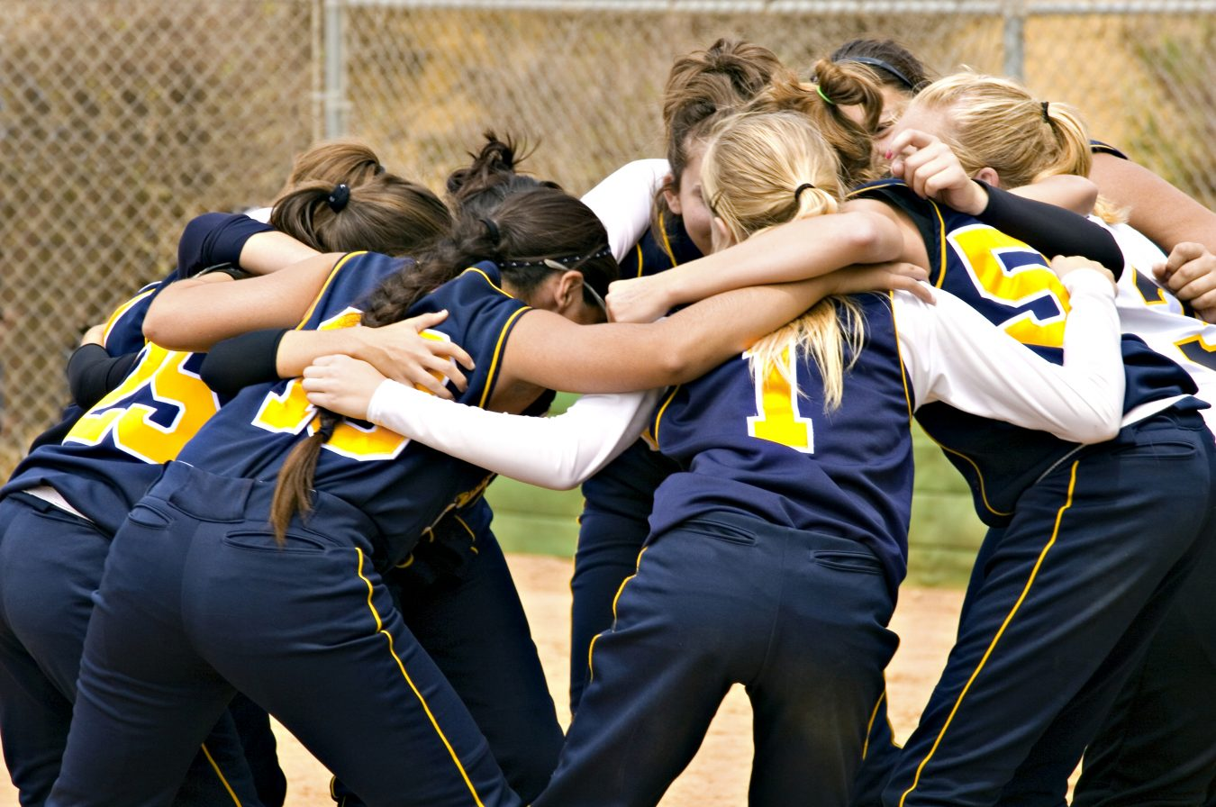 Image of girls spors team in a huddle